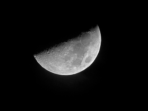 Displaying 17  Images For   First Quarter Moon