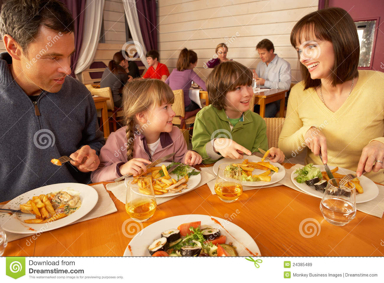 Eating At A Restaurant Clipart - Clipart Suggest