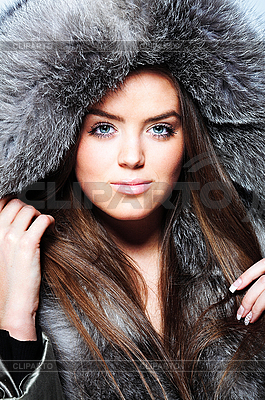 Beautiful Girl Wearing Winter Fur Coat     Pshek